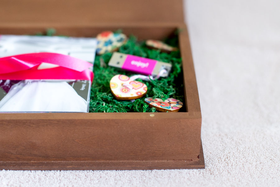 detail shot of USB wooden box for wedding photos