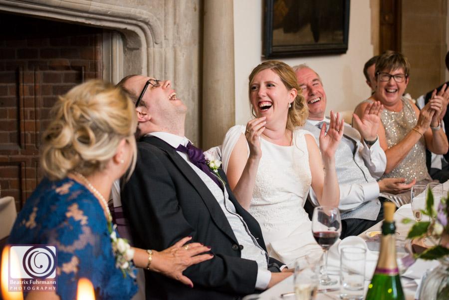 Braut und Bräutigam lachend