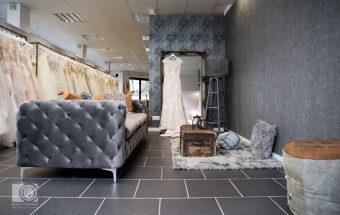 Stilvolle Raumgestaltung spielt eine grosse Rolle im Hochzeitshaus Otto damit sich die Braut und ihre Freundinnen auch beim Anprobieren auf diesem tollen Sofa wohlfühlen
