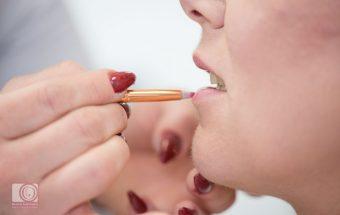 Closeup Hände tragen Lippenstift auf