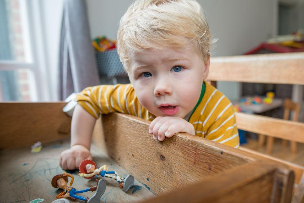 Kleiner Junge entdeckt Toy Story Spielfiguren in einer Kiste