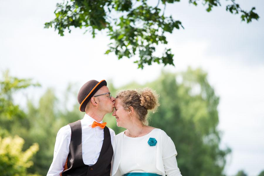 Bräutigam küßt seine Braut auf die Stirn