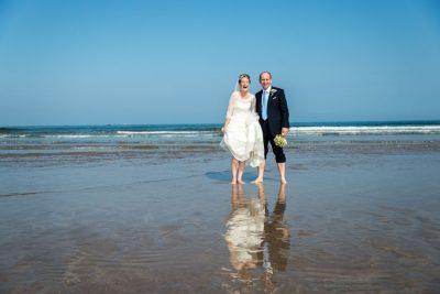 Braut und Bräutigam Lachend am Strand