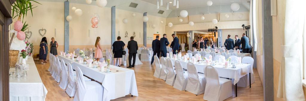 """Hochzeitsgäste kommen im geschmückten Saal im Gasthaus """"Zum goldenen Löwen"""" an"""