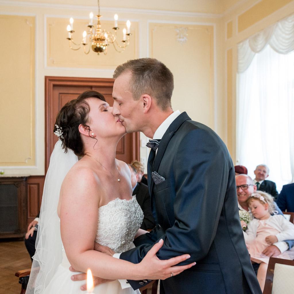 Der erste Kuss des glcüklichen Brautpaares