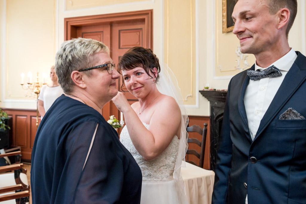Braut mit Freudentränen nachdem sie ihre Schwiegermutter umarmt hat