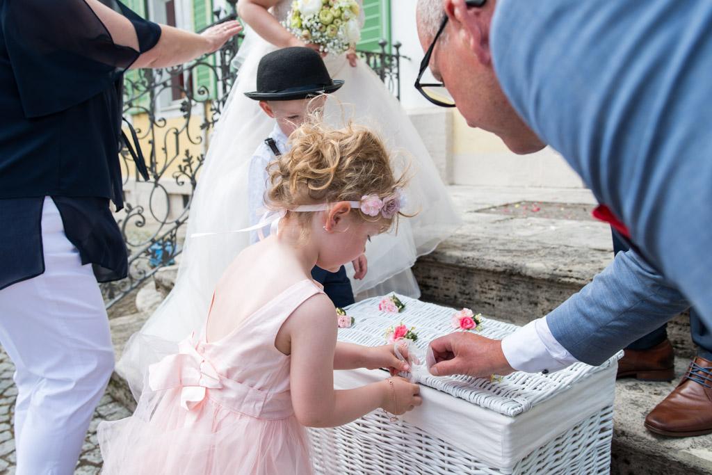 Mädchen öffnet eine Truhe mit Hochzeitstauben