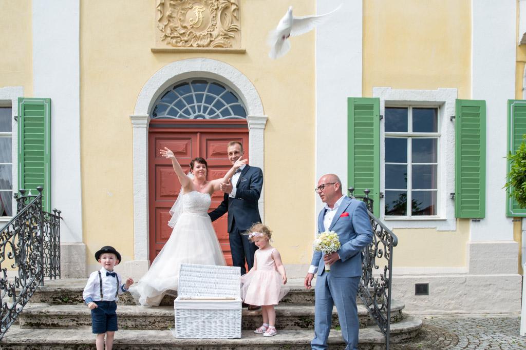 Hochzeitspaar lässt Hochzeitstauben in die Lüfte steigen vor dem Friederikenschlösschen Bad Langensalza