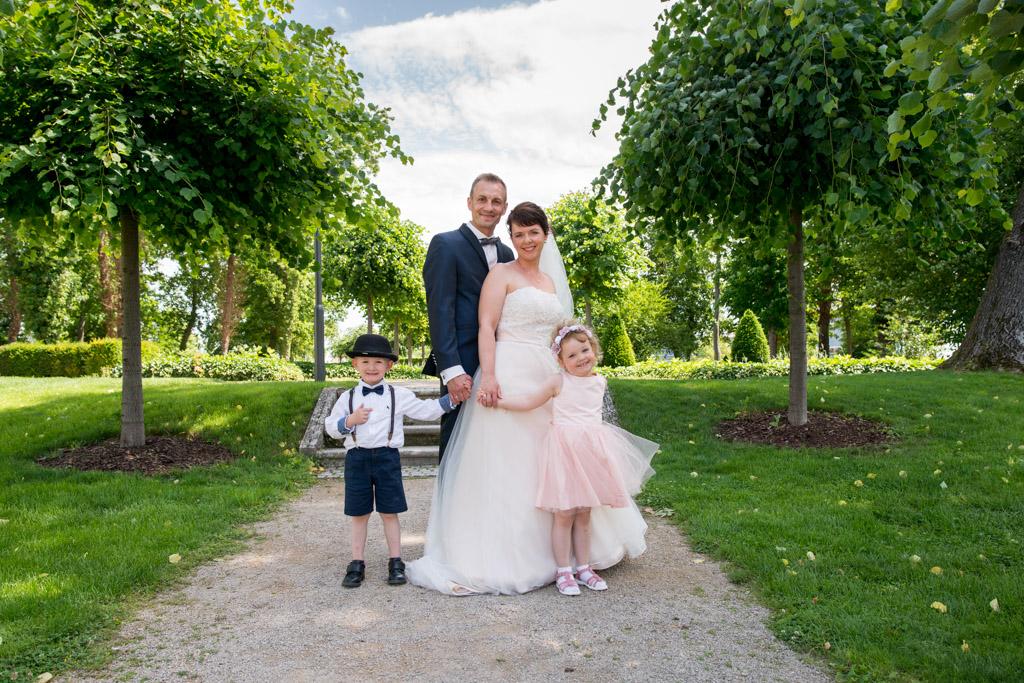 Hochzeitspaar mit Blumenkindern im Park zum Friederikenschlösschen