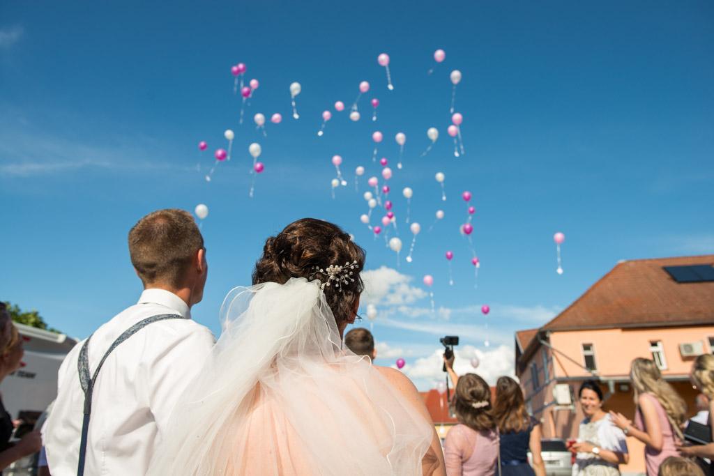 Luftballons steigen in den strahlend blauen Himmer