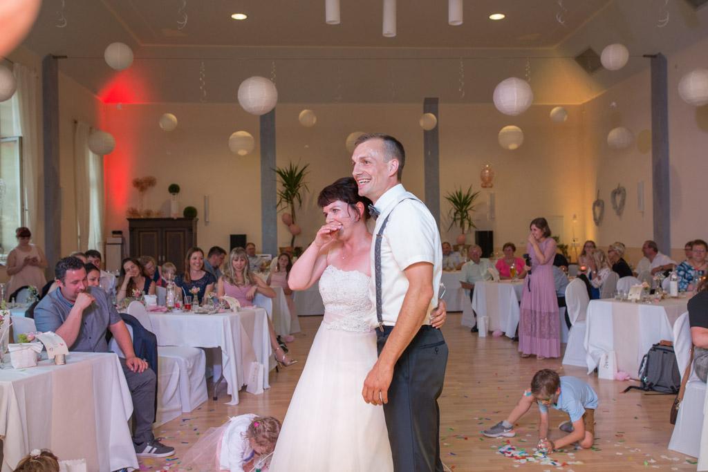Braut und Bräutigam glücklich und erleichtert nach ihrem ersten Tanz