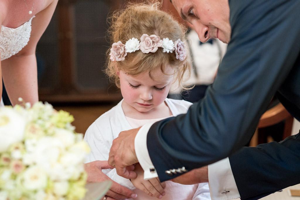 Tochter bekommt zur Trauung der Eltern ein Armband geschenkt