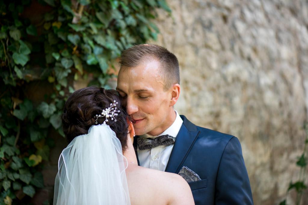 Bräutigam flüstert seiner Braut ins Ohr