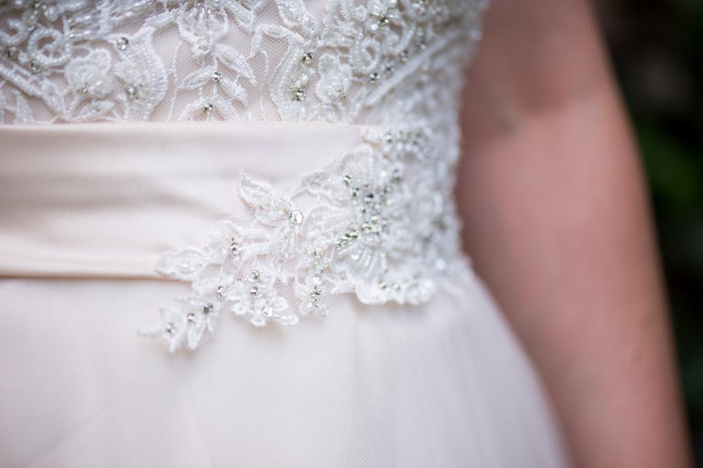Wunderschönes Spitzendetail am Brautkleid von Tres chic