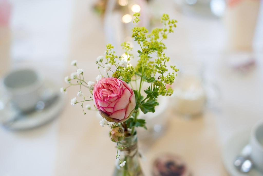 NIedliche Blumenvasen schmückten die Tische