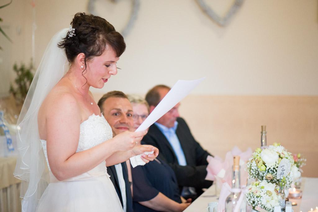 Die Braut hält die Rede vor Familie und Gästen