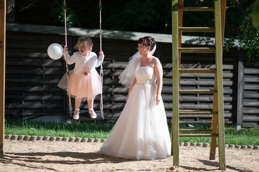 Braut und Tochter der Braut an den Schaukeln