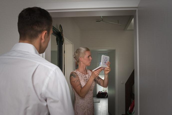 Braut überprüft ihr Make-up im Spiegel