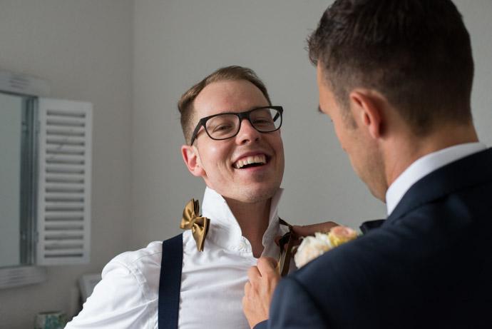 Letzte Feinheiten, Bräutigam hilft dem Trauzeugen mit der Krawatte