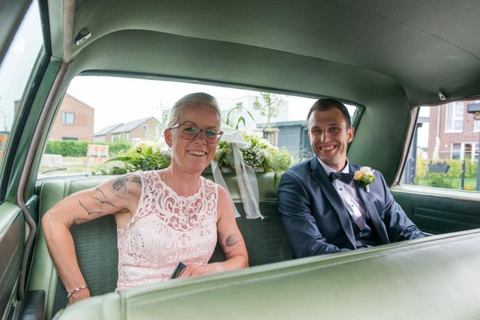 Das Brautpaar im Brautauto - ein alter Chrysler