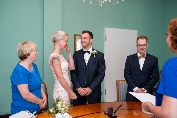 Braut kann ihre Tränen nicht zurück halten im Trausaal des Standesamt Hamburg - Harburg