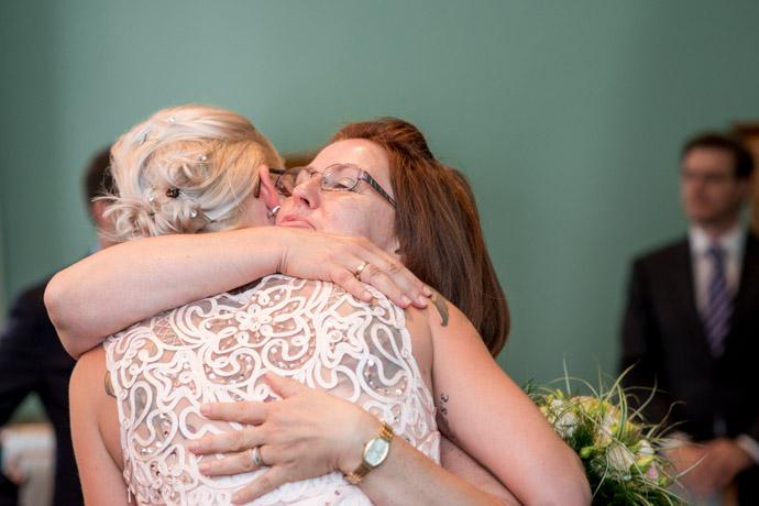 Mutter des Bräutigams umarmt die Braut