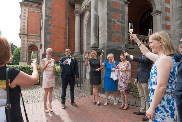Braut und Bräutigam im engsten Familienkreis vor dem Rathaus Harburg