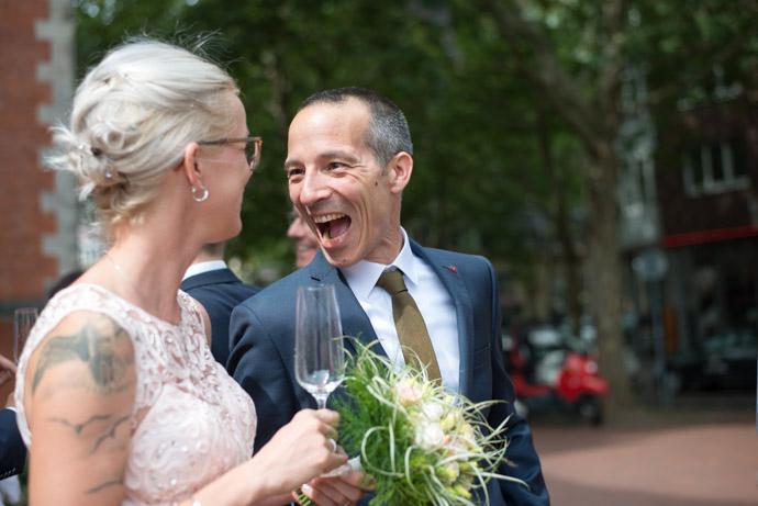 Braut und Hochzeitsgast Lachend