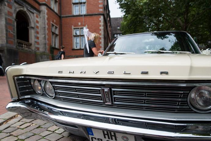 Chrysler vor dem Standesamt Hamburg-Harburg