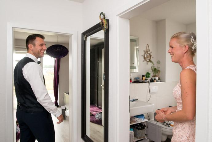 Braut und Bräutigam vei den Vrobereitungen