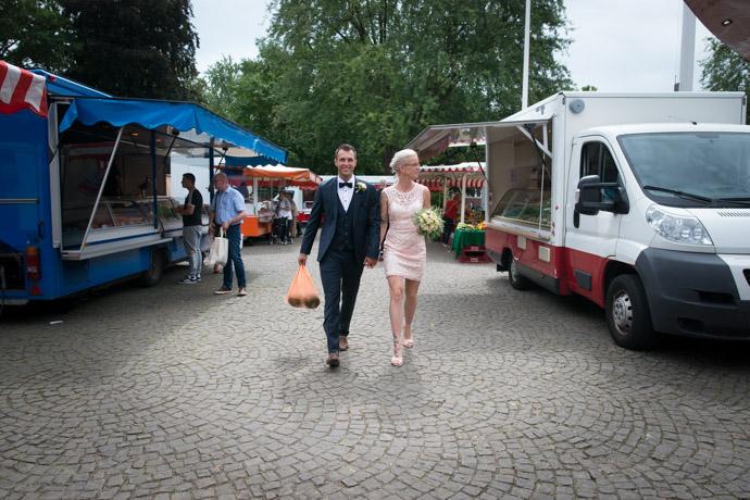 Das Brautpaar schlendert über den Harburger Markt