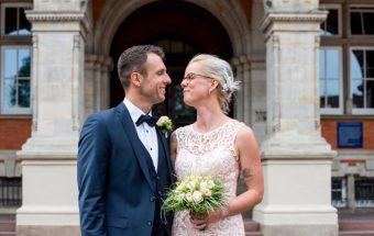 Braut und Bräutigam vor dem Standesamt Hamburg-Harburg