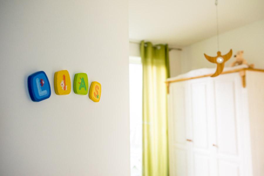 Namensschild LIAS an der Tür mit Blick ins Kinderzimmer