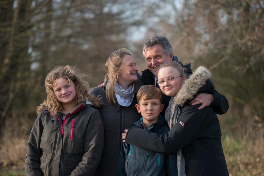 Familienfotografie einer Großfamilie in der Natur