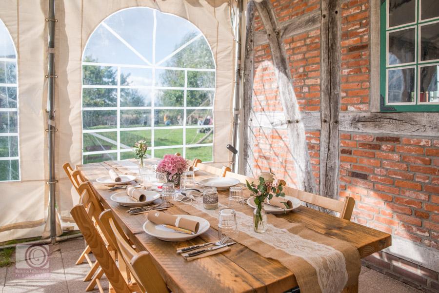 Tischdekoration aus Jute, Spitze im Festzelt mit sonnendurchflutetem Fenster