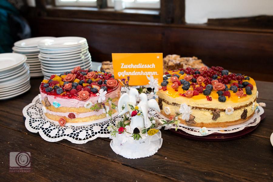 Selbst gebackene Hochzeitstorte mit Beeren und Marzipanrosen verziert