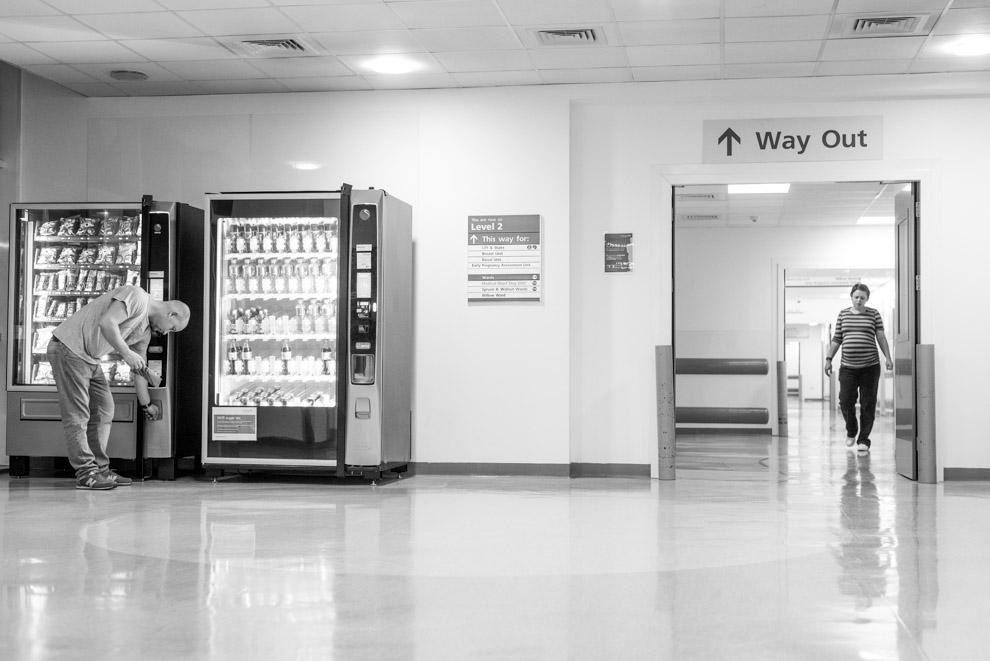 Birth story photography getting snacks at the hospital - Geburtsfotografie Schwangere mit Süssigkeitenautomat