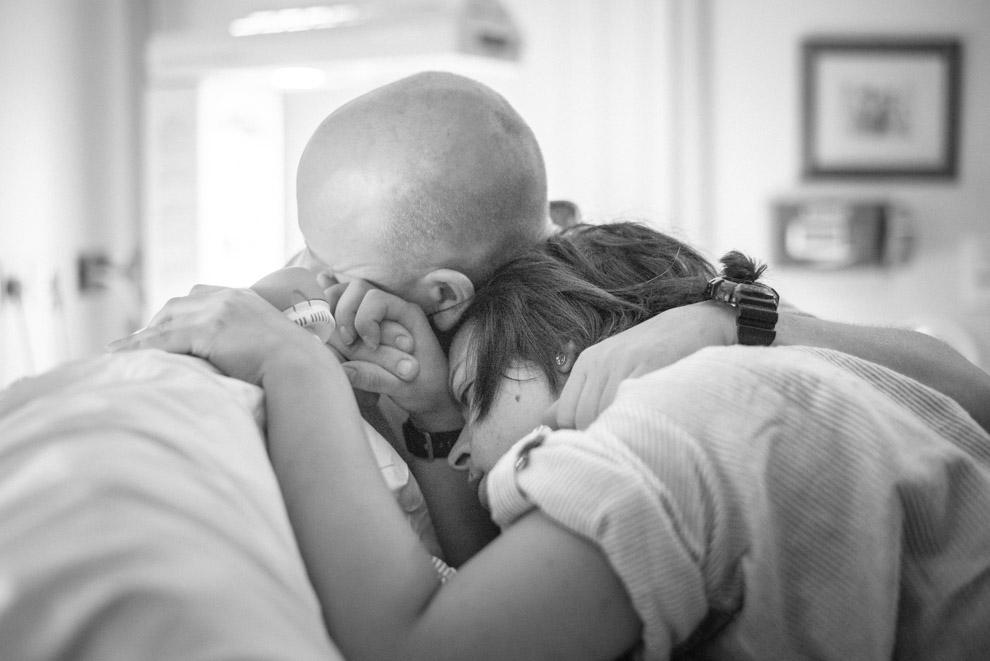 Geburtsfotografie - Parr atmet eine Wehe weg - couple breathing through a contraction