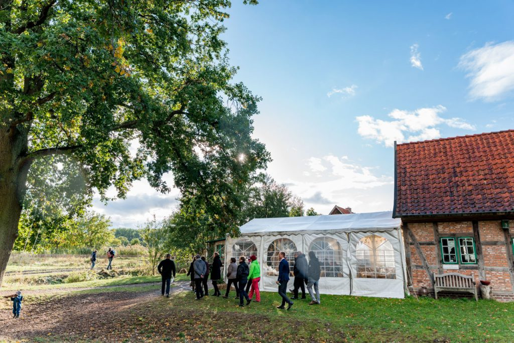 Nachhaltige Hochzeit in Hamburg mit Führung für die Hochzeitsgäste über den Bio Bauernhof